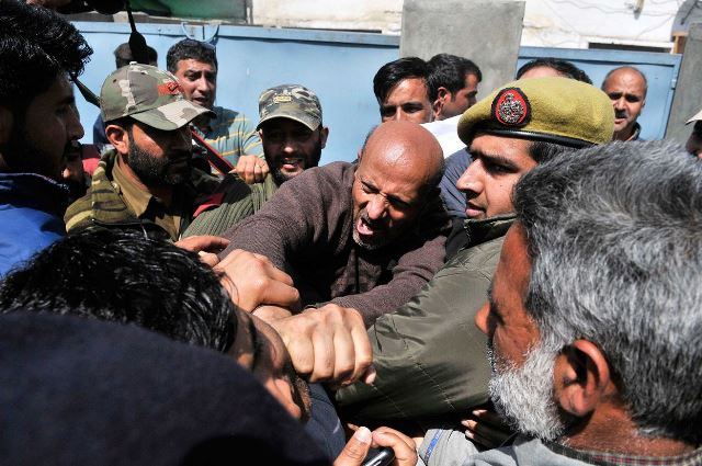 Parliamentarian Eng Rashid scuffles with Indian security officers in Indian controlled Kashmir