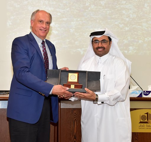 Dr Weichold receiving commemorative plaque from H.E. Dr Mohammed Bin Saleh Al-Sada