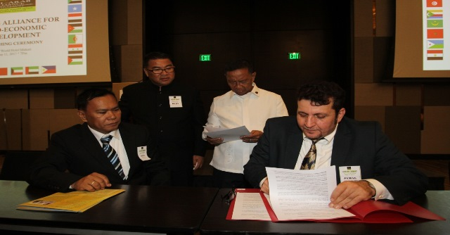 Former Vice President Philippines Jejomar Binay and Romy Redelicia, President and CEO of the Alliance.Fil-Aran Alliance witnessing signing of MOU