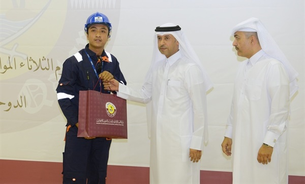 Qatar Labour Minister presents gift to a worker on Labour Day 2018