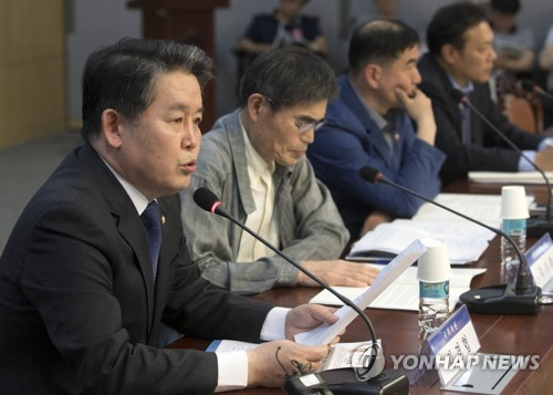 Rep. Kim Kyung-hyup (L) of the ruling Democratic Party speaks during a forum Pic Yonhap 24 May 2018